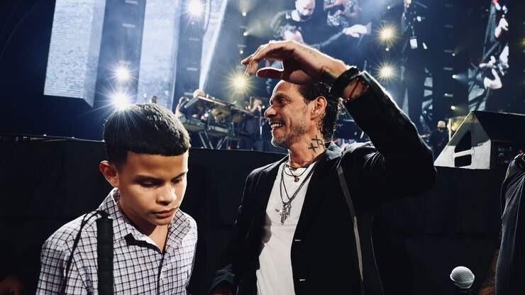 El momento en que Marc Anthony se bajó del escenario para conocer a un fan invidente