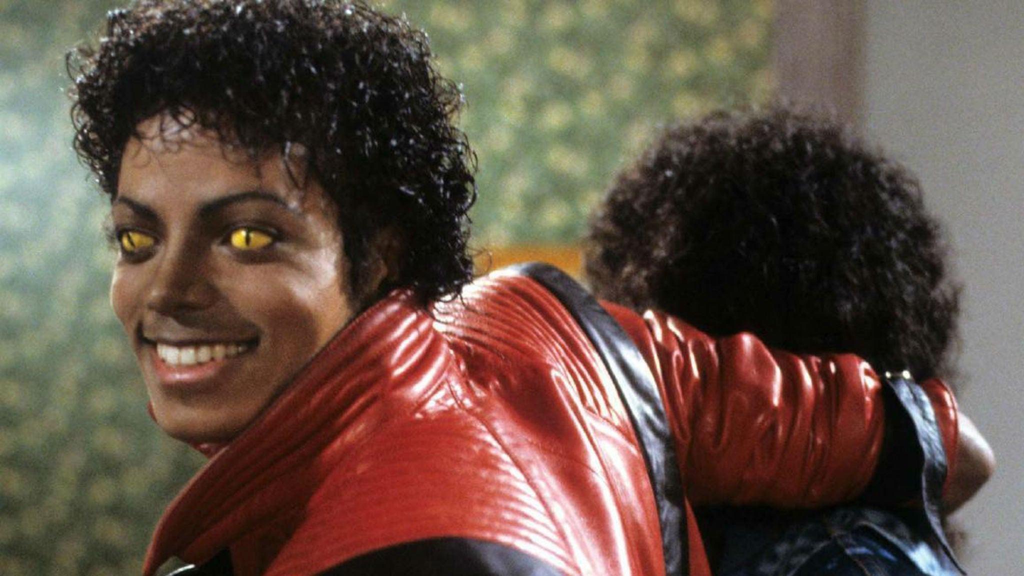 Michael Jackson ensayando la icónica coreografía de Thriller